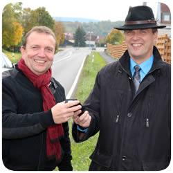 Reinhold Köhler überreicht das Seitenradarmessgerät an Bürgermeister Siegfried Scholtka von der Gemeinde Mömlingen